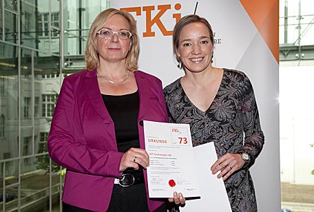 Auszeichnung:  GFT Vorstandsmitglied Marika Lulay mit Bundesfamilienministerin Kristina Schröder