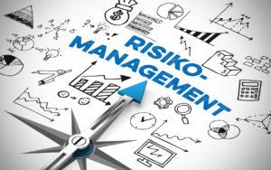 Pfeil von einem Kompass zeigt auf Risikomanagement Konzept