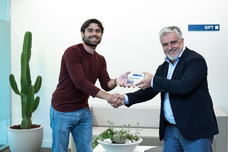 Carlos Eres, Director General de GFT España, entregando a Christian su trofeo conmemorativo.